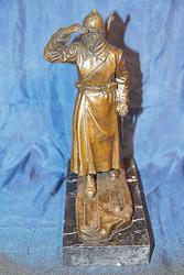 Бронзовая скульптура пограничника в дозоре на пьедестале. CCCР.