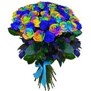 Фантазийный букет из радужных и синих роз.